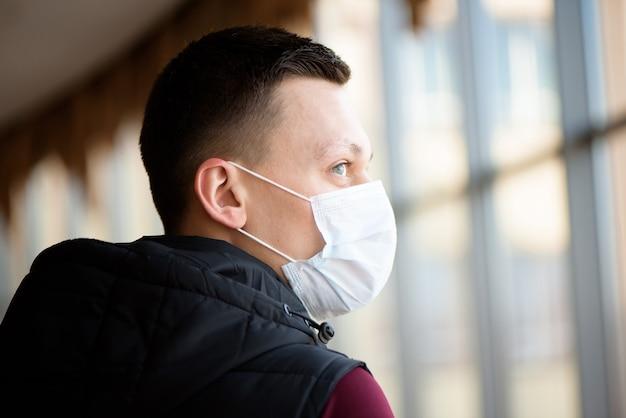 医療マスクを身に着けている側面図の男