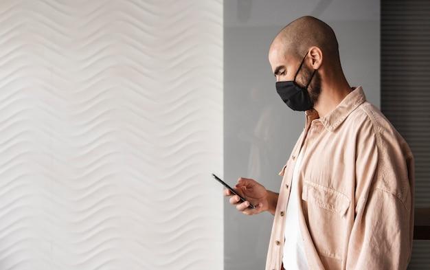 Uomo di vista laterale che indossa la maschera di protezione