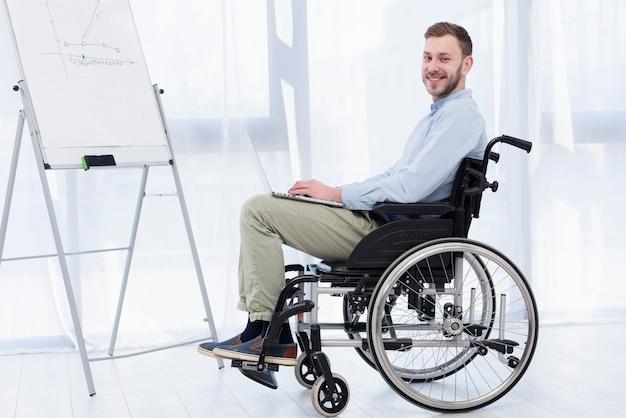 Vista laterale uomo in sedia a rotelle