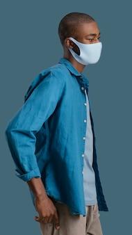 Vista laterale dell'uomo con la maschera per il viso