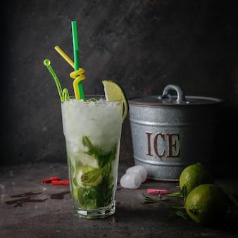 Коктейль мохито с мятой, лаймом, льдом, ведерком со льдом
