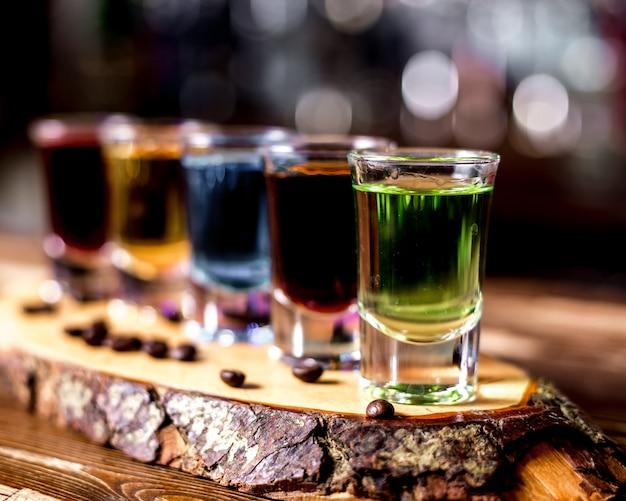 Вид сбоку разноцветные снимки с кофейными зернами на куске дерева