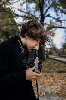 Вид сбоку небинарный человек, регулирующий ретро-камеру