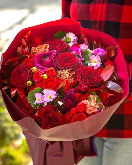 ピンクピンクの菊jpgと赤い色のスプレーバラの花の花束の側面図