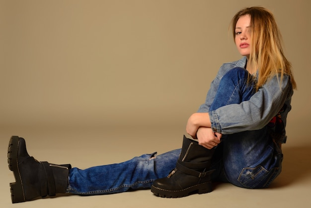 Вид сбоку случайной молодой женщины, лежащей на полу