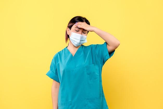 마스크의 의사의 측면보기 마스크의 의사는 환자 치료 후 피곤합니다.