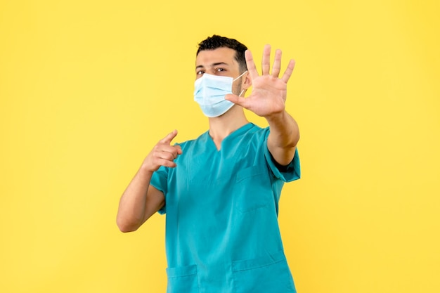 マスクをした医師の側面図は、人々が手を洗うことを奨励します