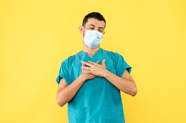 マスクの医者の側面図はうれしいです