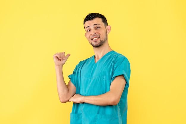 Вид сбоку врача доволен