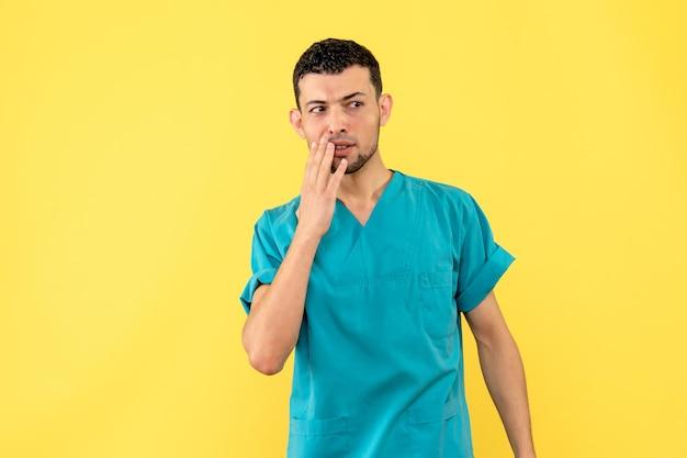 Вид сбоку врача, позирующего