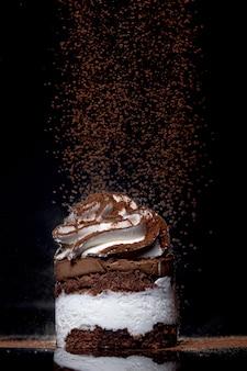 ココアをまぶした焼きたてのチョコレートケーキの側面図
