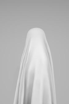 白い背景の上の幽霊の側面図。ハロウィーンのコンセプト