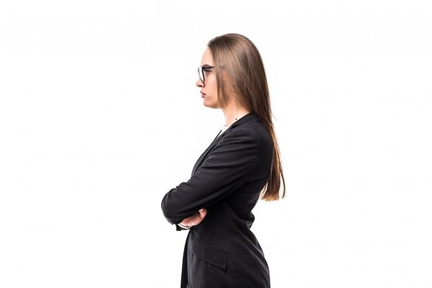 白で隔離される黒のスイートで立っている女の子の側面図