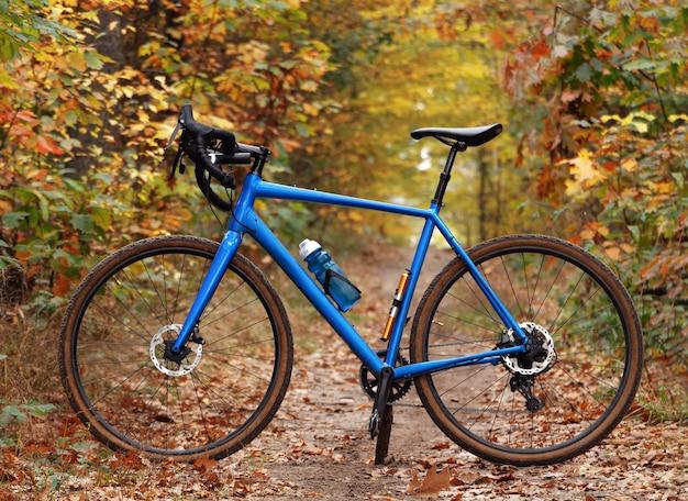 森の小道にあるモダンな砂利自転車の側面図。