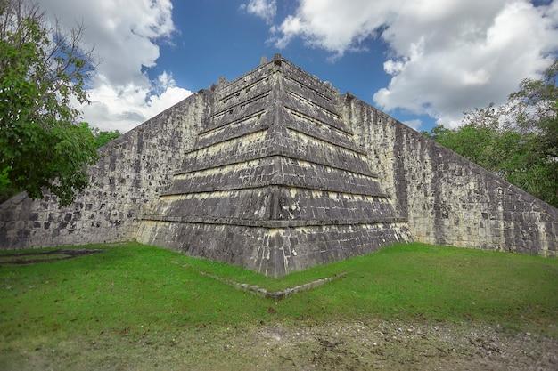 メキシコのチチェンイツァ考古学複合施設のピラミッドの側面図