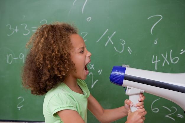 メガホンを叫ぶ女子学生の側面図