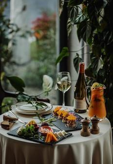 Вид сбоку на стол с сырной тарелкой и паштетом