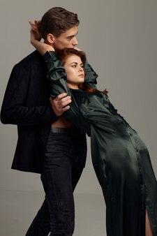 Женщина в платье, опираясь на плечо мужчины, вид сбоку