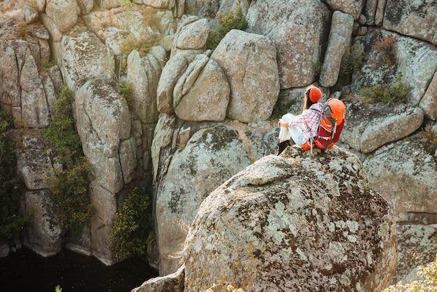 협곡 근처 바위에 모험적인 여자의 모습
