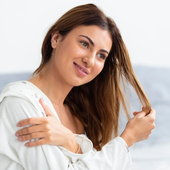 Вид сбоку красивой женщины в халате