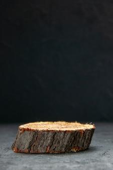 空き領域と暗い波の背景に茶色の木製まな板の側面図