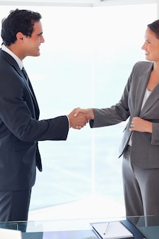 Вид сбоку деловых людей, приветствуя друг друга