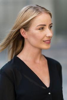 屋外のビジネス女性の肖像画の側面図