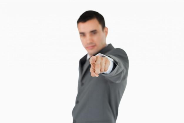 Вид сбоку бизнесмен, указывая на камеру