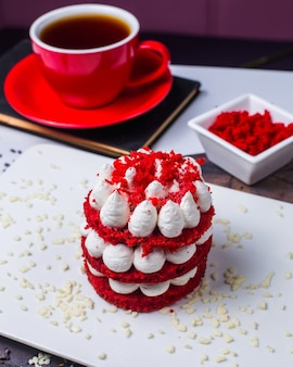 Вид сбоку торта красного бархата на белой тарелке