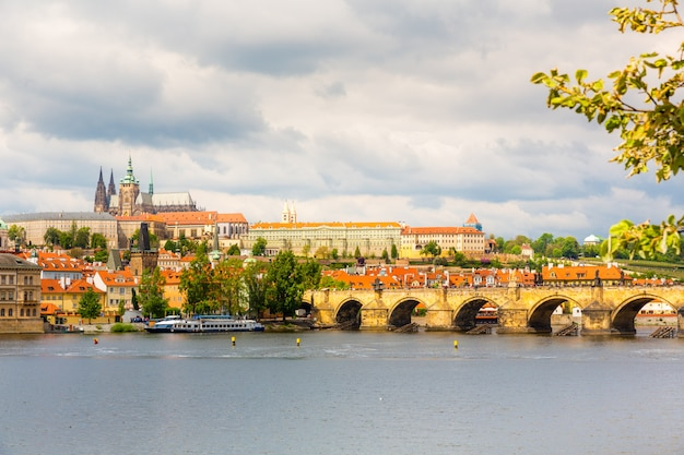 カレル橋、プラハ、チェコ共和国の側面図です。旅行と観光で有名なヨーロッパの町