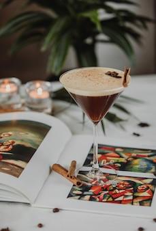 Вид сбоку шоколадного мартини со специями и корицей в стакане на столе