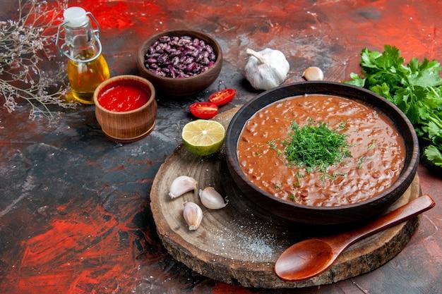 혼합 색상 테이블에 클래식 토마토 비누 콩 마늘 숟가락 기름 병 레몬 케첩의 측면보기