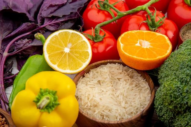 白いテーブルの上の生鮮食品とスパイス野菜のコレクションの側面図