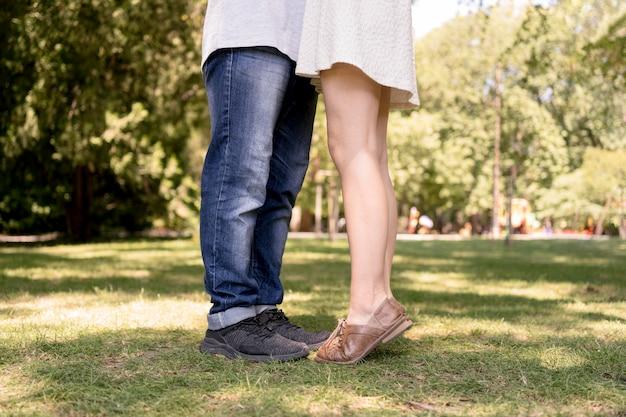 자연 속에서 낭만적 인 커플 다리의 측면보기
