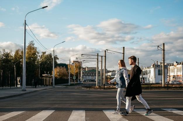 街を散歩中のカップルの側面図