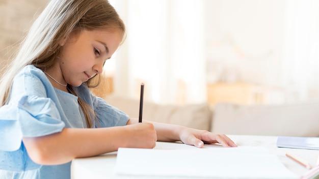 집에서 그녀의 숙제를 하 고 딸의 모습