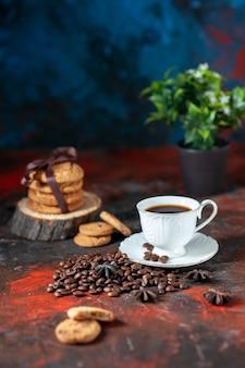 Вид сбоку вкусного кофе в белой чашке и жареных бобов, сложенных печеньем, цветочный горшок на цветном фоне со свободным пространством
