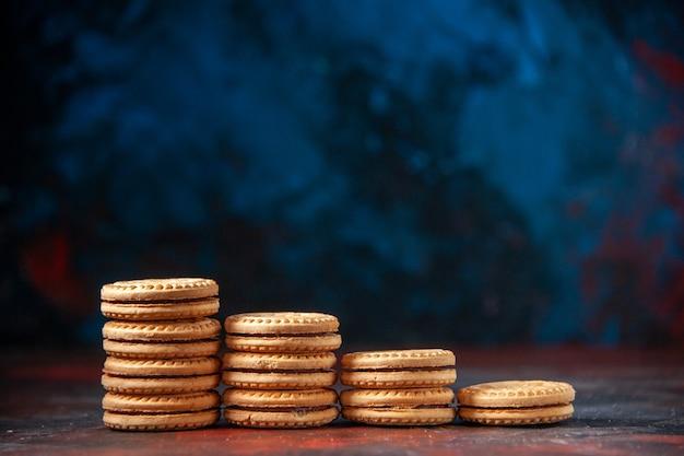 혼합 색상 배경에 다른 숫자로 쌓인 맛있는 쿠키의 측면 보기