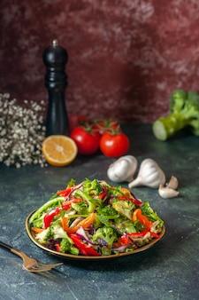 新鮮な食材をプレートに入れたおいしいビーガンサラダの側面図