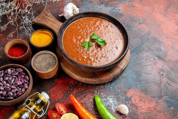 저녁 식사 테이블 타락한 기름 병 콩 커팅 보드와 다른 향신료의 측면보기