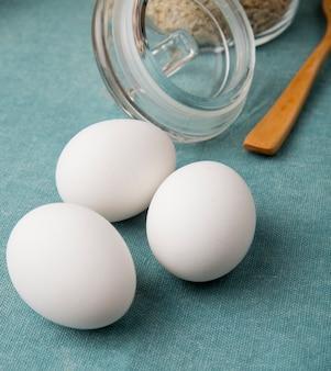 Вид сбоку яиц на синем фоне