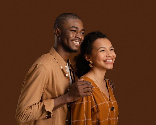 포옹 된 웃는 커플의 모습