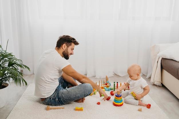 Вид сбоку отца и ребенка, играющих вместе