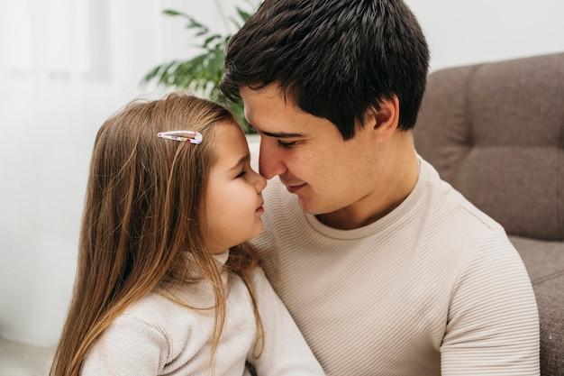 一緒に時間を過ごす父と娘の側面図