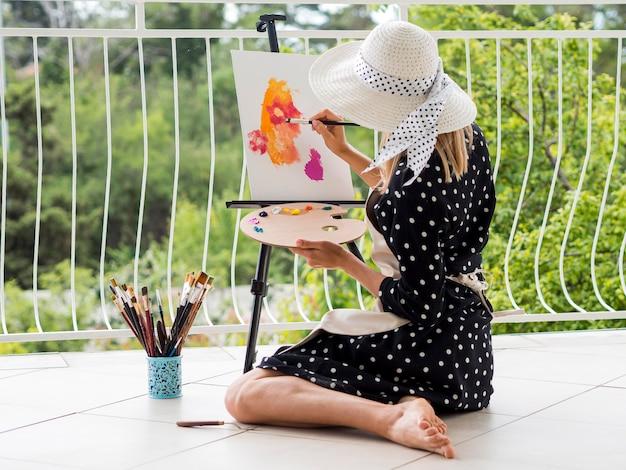 女性アーティストの絵画の側面図