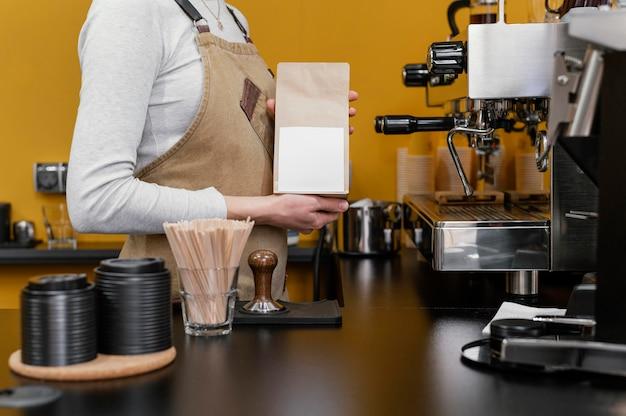 여성 바리 스타 분쇄 커피 콩의 측면보기
