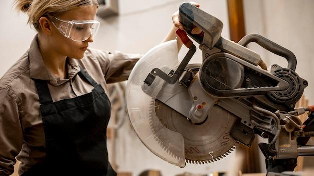 도구와 안경 여성 목수의 측면보기