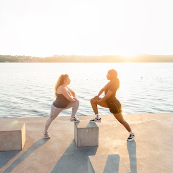 호수에서 함께 스트레칭 여자 친구의 모습
