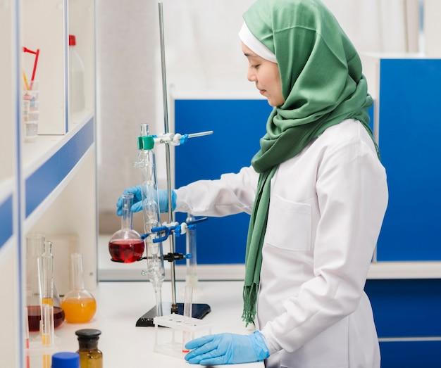 Взгляд со стороны женского ученого с хиджабом в лаборатории