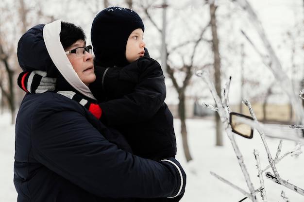 Вид сбоку бабушки и внука на открытом воздухе с копией пространства